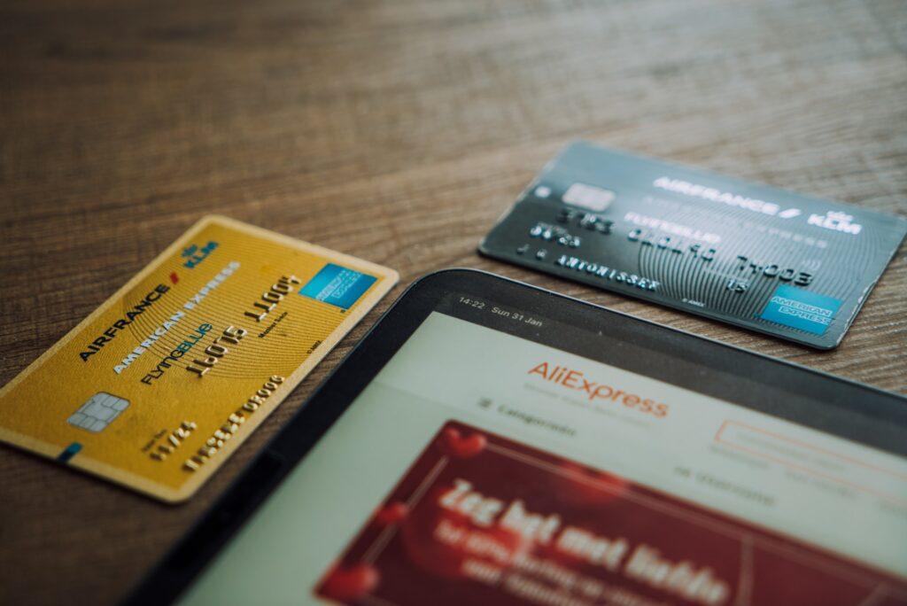 Os cartões co-branded são produzidos por meio da parceria entre bancos e empresas de consumo e varejo