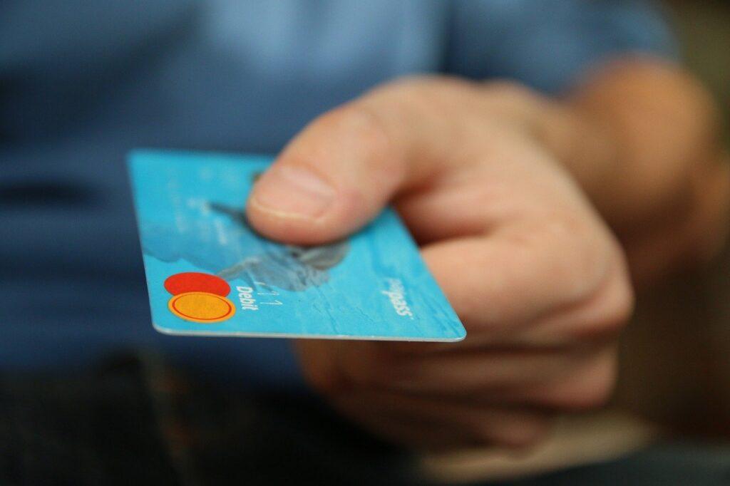 Usar um cartão de crédito ajuda a acelerar o processo