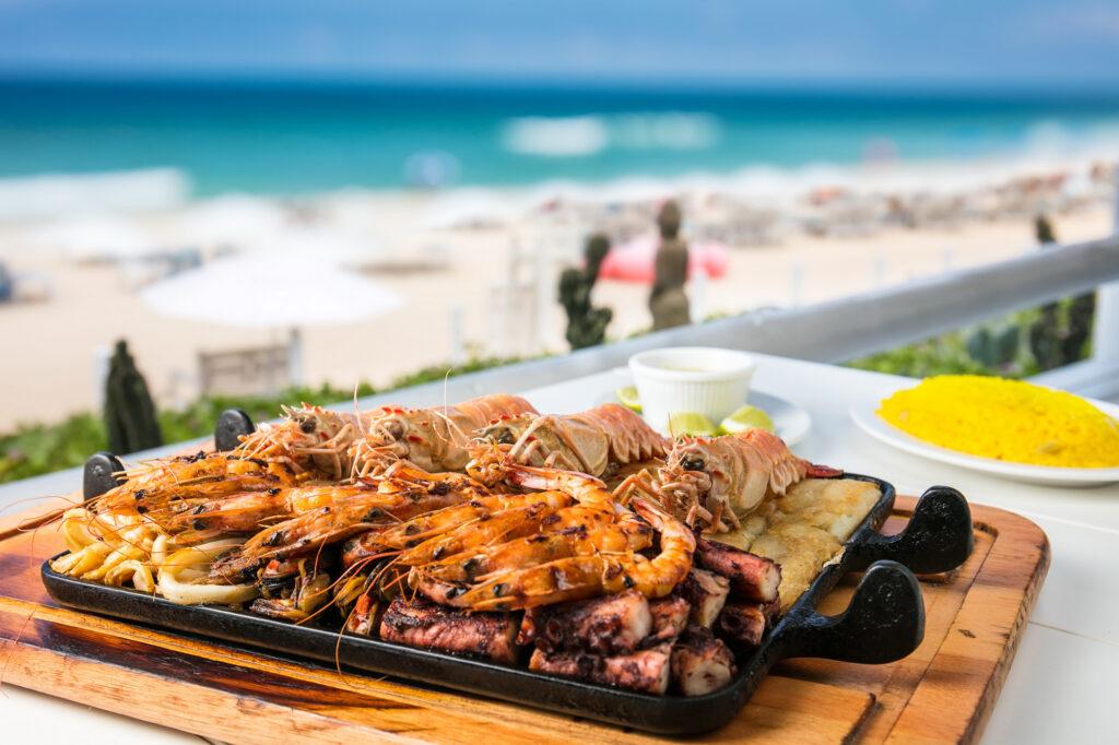 A comida de Arraial de Cabo é farta de peixes frescos e frutos do mar