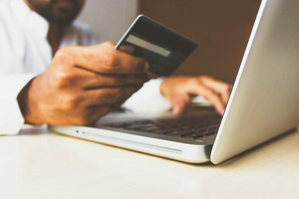 Algumas instituições permitem o uso do limite de outros cartões para comprovar renda