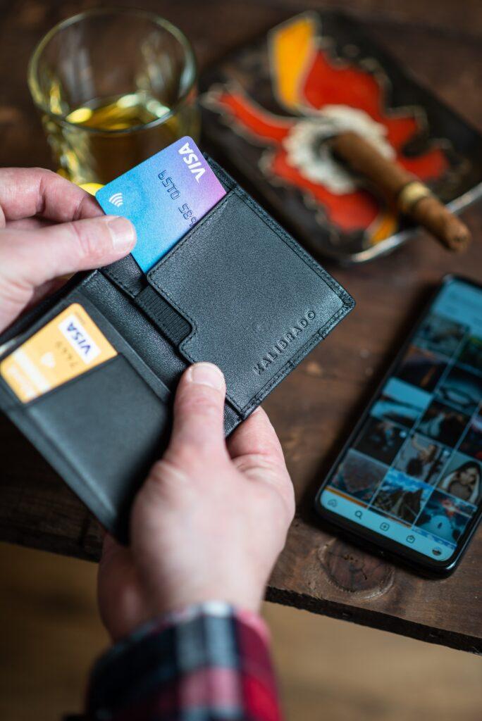 Faturas caras e exigências de renda são as grandes desvantagens de um cartão de crédito, mas elas podem ser superadas